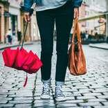 折りたたみ傘を常備 女性がいざというときのために持ち歩いているもの