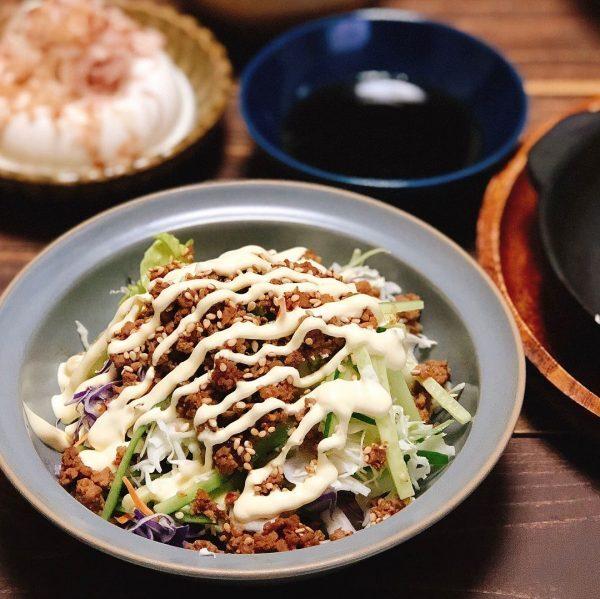 簡単な副菜には肉味噌をかけた人気のサラダ