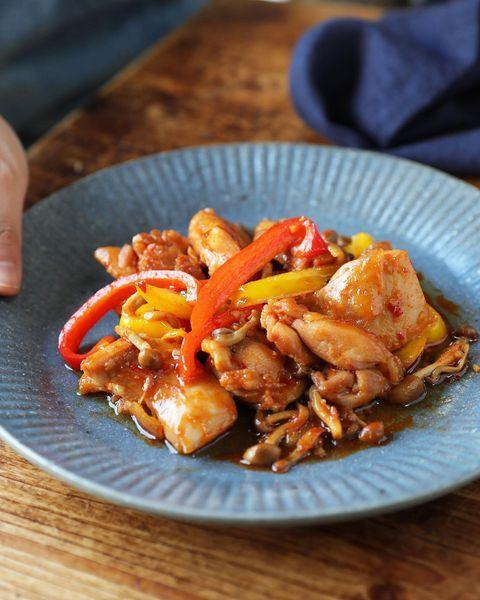 鶏肉、赤色、黄色、パプリカ、炒め、ピリ辛。