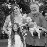 アレック・ボールドウィン、娘達との素敵な写真を公開 横にいる26歳年下妻は「娘じゃない」とジョークも
