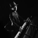 """""""ローリング・ピアノマン"""" リクオが京都から届ける「心の風通し」が良い音楽"""