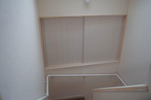 2階に上がる途中にある収納スペース