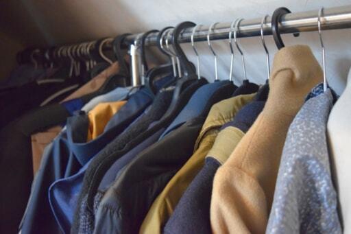 夫の仕事用のスーツや、家族の冬物のコートやダウン、衣替えのケースなどを収納