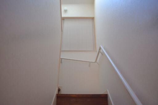 階段の途中の収納スペースを1階から見る