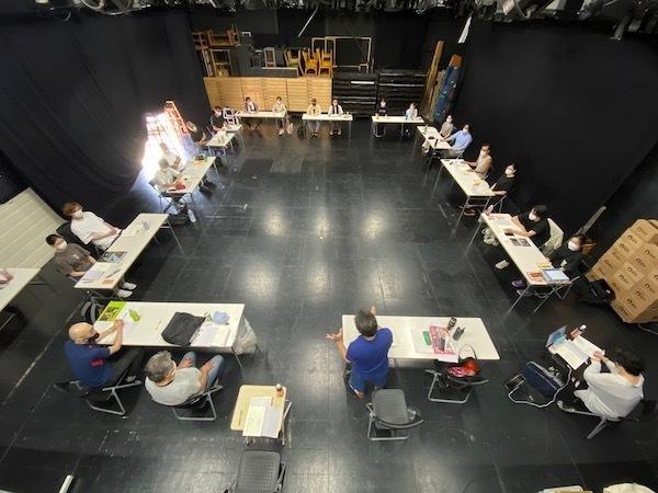 演劇集団円公演『夏の夜の夢』の稽古場風景。 写真/演劇集団円