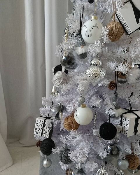手作り毛糸ボールで飾るクリスマスツリー