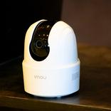 部屋の中を360度チェックし続けてくれるネットワークカメラ。自動追従&通話もこなすのに、約6,000円で手に入るなんて…