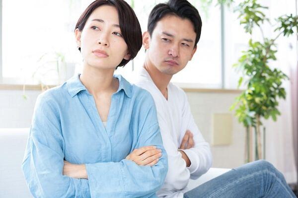 夫婦関係が悪化するきっかけとなるのは、浮気や暴力、借金といった大きな問題だけではありません。そこで、「夫婦ゲンカのよくある理由」の上位3つについて、夫婦問題研究家の岡野あつこが解説します。