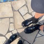 くみっきー、産後初! 夫とお揃いの靴で家族でお散歩