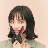 小松菜奈、ミニスカ&網タイツが生脚に映え。モノクロでも鮮やかな美貌を振りまく