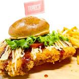 パンからはみ出す「巨大チキンカツバーガー」が数量限定で発売!