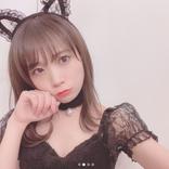 """秋元真夏、懐かしのポストペット""""モモ妹""""と照れ笑い"""
