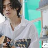 [Alexandros]川上洋平、白シャツ姿で弾き語り「この歌詞で伝わったらいい」