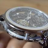全方向から仕掛けを鑑賞できるスケルトントゥールビヨン腕時計「THE ARCHER」