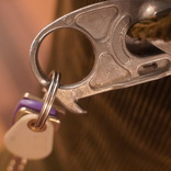 上品さと機能の一体化。「鍵同士がぶつかる音のしないカラビナ」は所有欲も満たせる逸品でした│マイ定番スタイル
