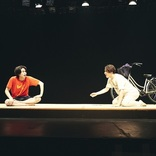 稲葉友、大鶴佐助、泉澤祐希が出演する二人芝居 舞台『ともだちが来た』開幕 ゲネプロレポートが到着